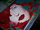 Mujer plumas rojas